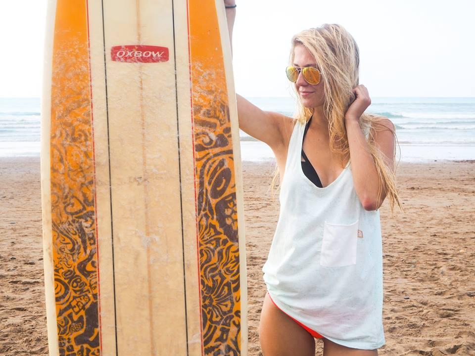 Půvabná surfařka
