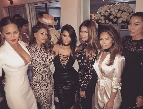 Kim Kardashian - uprostřed